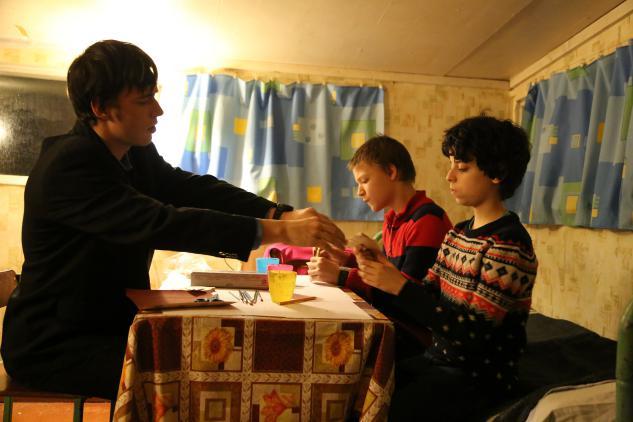 Подготовка к ярмарке: ребята учатся расписывать деревянные игрушки